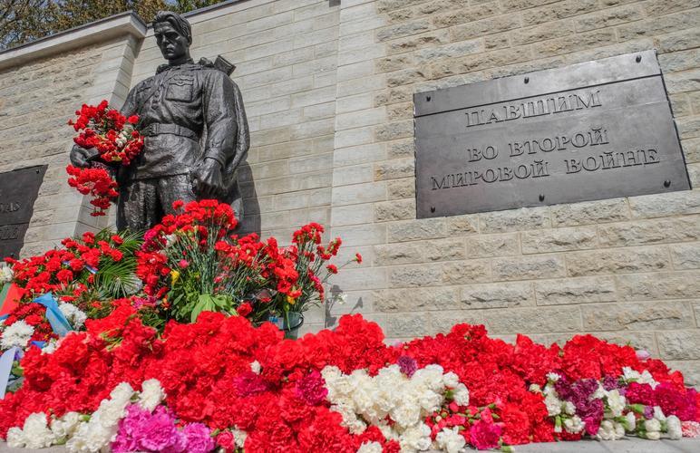 Цветы у Бронзового солдата